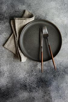 Réglage de la table avec des assiettes vides