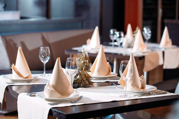 Réglage de la table au restaurant ou à l'hôtel