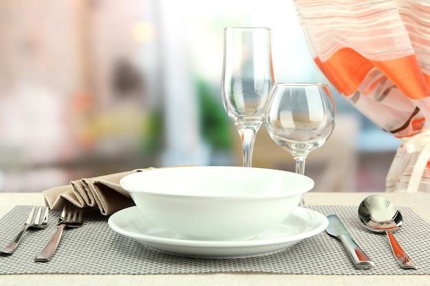 Réglage de la table au restaurant