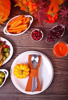 Réglage de la table d'automne avec des citrouilles.