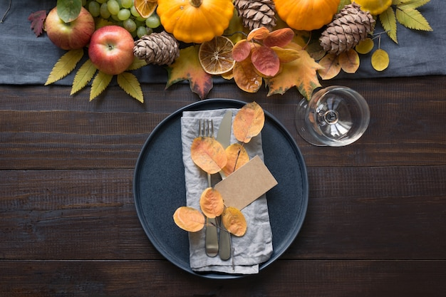 Réglage de la table d'automne avec des feuilles et des citrouilles