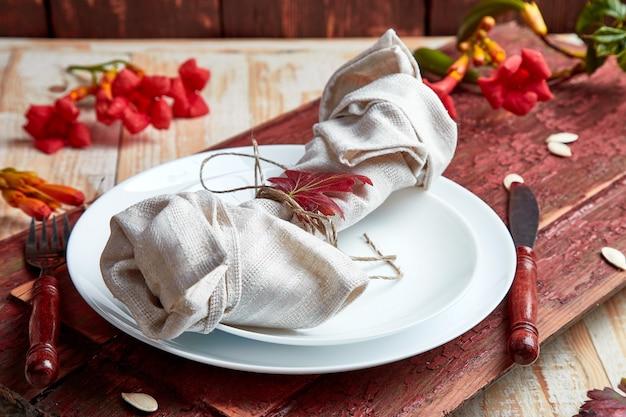 Réglage de la table d'automne pour la célébration de thanksgiving