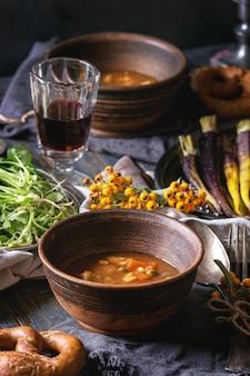 Réglage de la table avec des bols à soupe