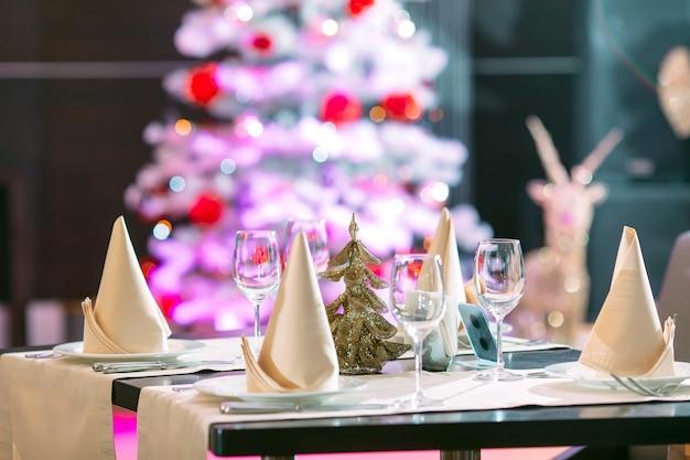 Réglage de la table dans le restaurant avec arbre de noël