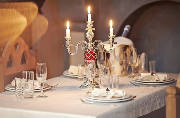 Réglage de la table dans un restaurant gastronomique