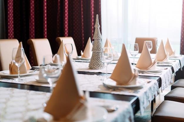 Réglage de la table dans le restaurant