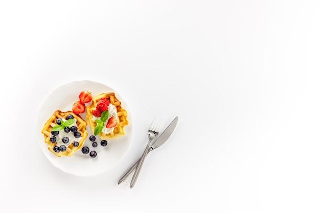 Réglage de la table du petit déjeuner gaufres belges sucrées