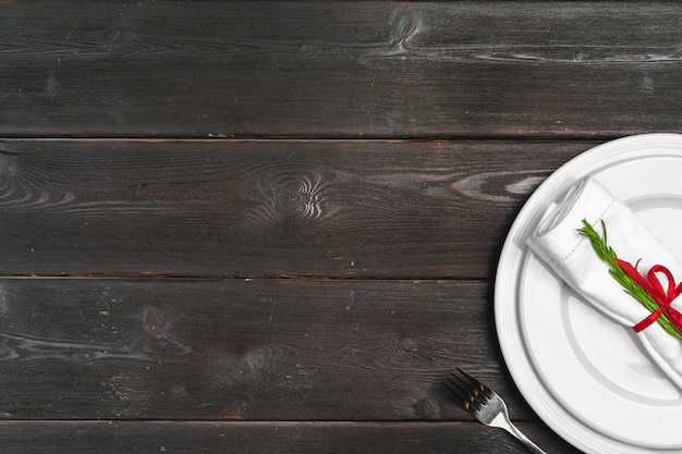 Réglage de la table élégante avec un décor de fête sur fond en bois