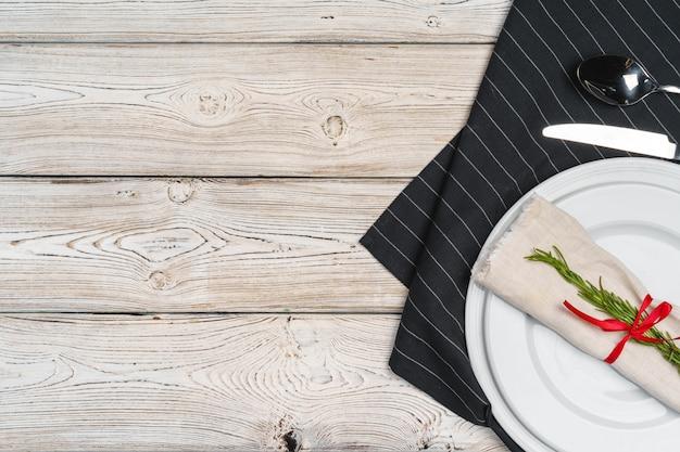 Réglage de la table élégante avec un décor de fête sur une table en bois
