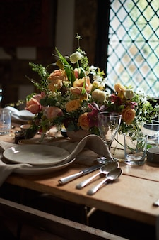 Réglage de la table d'été dans un style rustique.