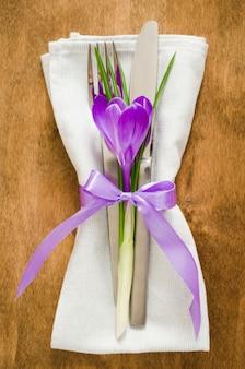 Réglage de la table de fête au printemps avec fleurs fraîches.