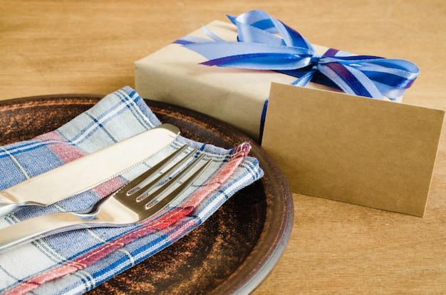 Réglage de la table de fête avec carte postale et cadeau.