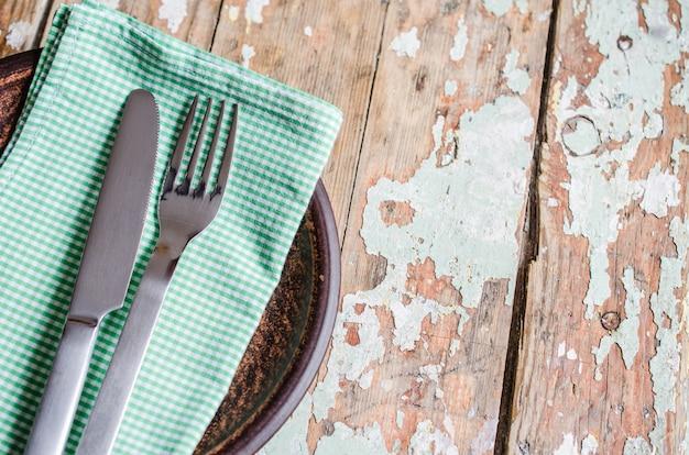 Réglage de la table de fête dans un style rustique
