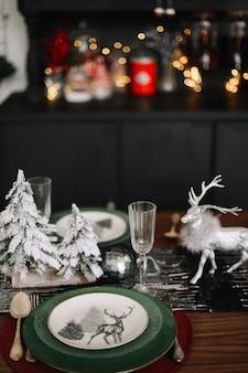 Réglage de la table de fête avec des décorations pour noël et nouvel an