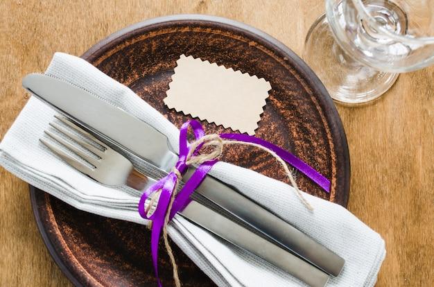 Réglage de la table de fête avec étiquette vide.
