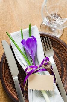 Réglage de la table de fête avec fleur et étiquette vide.