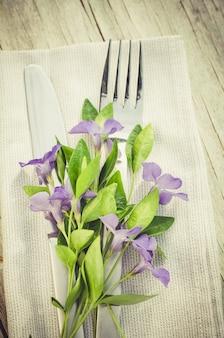 Réglage de la table de fête avec des fleurs violettes.