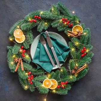 Réglage de la table de fête avec guirlande de noël et décorations.