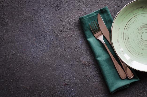 Réglage de la table de fête de noël avec des décorations de noël. pierre avec fond.