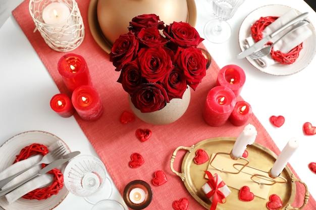Réglage de la table de fête pour la célébration de la saint-valentin