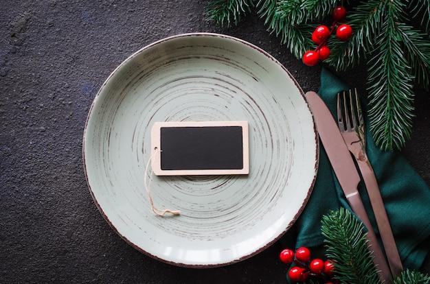Réglage de la table de fête pour le dîner de noël ou du nouvel an.