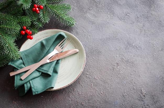Réglage de la table de fête pour le dîner de noël ou du nouvel an