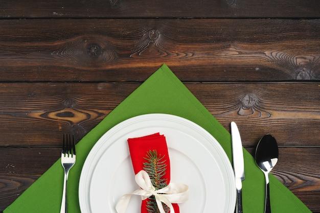 Réglage de la table de fête pour le dîner de noël, vue de dessus