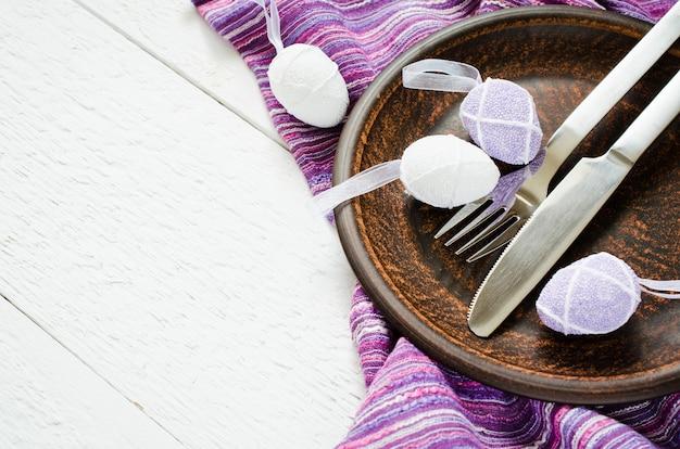 Réglage de la table de fête pour le dîner de pâques avec des œufs