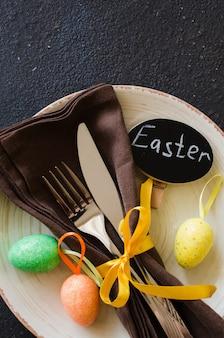 Réglage de la table de fête pour le dîner de pâques sur une table noire.