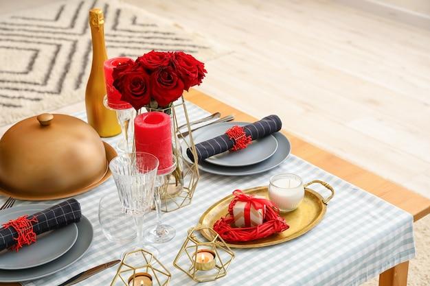 Réglage de la table de fête pour la saint valentin à la maison