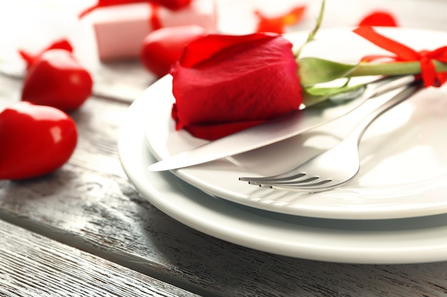 Réglage de la table de fête pour la saint-valentin sur table en bois