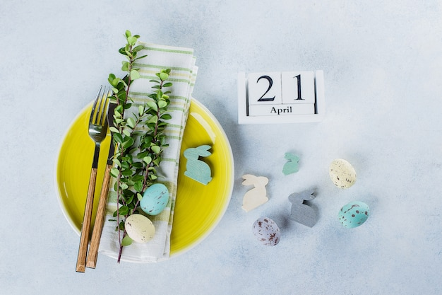 Réglage de la table de fête pour les vacances de pâques. concept de carte de vacances printemps catholique. calendrier 21 avril