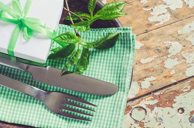 Réglage de la table de fête de printemps dans un style rustique.