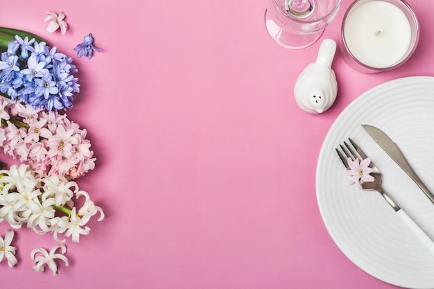 Réglage de la table de fête de printemps avec des fleurs de jacinthe
