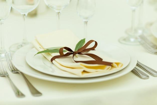 Réglage de la table avec des fleurs fraîches dans des tons bruns