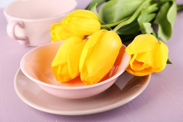 Réglage de la table avec des fleurs, gros plan