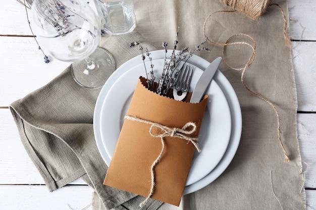 Réglage de la table avec des fleurs de lavande, gros plan