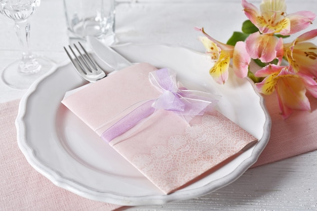 Réglage de la table avec des fleurs de printemps
