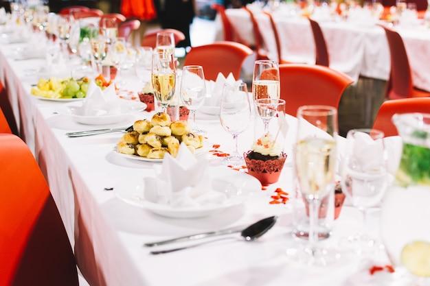 Réglage de la table lors d'une fête de mariage