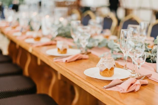 Réglage de la table de mariage dans un restaurant décoré de fleurs et de bougies