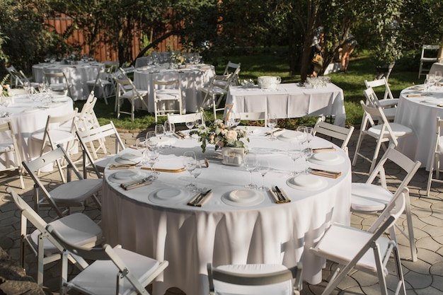 Réglage de la table de mariage. table de banquet pour les invités à l'extérieur avec vue sur la nature verdoyante