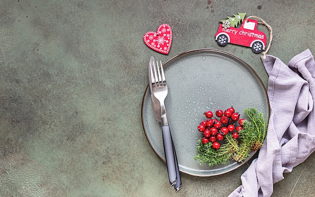 Réglage de la table de noël avec des décorations de fête