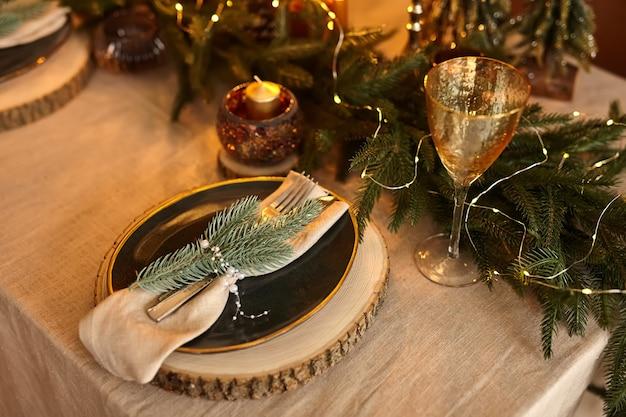 Réglage de la table de noël. décorations de vacances. décor. célébration du nouvel an
