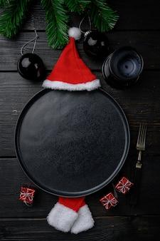Réglage de la table de noël avec vaisselle vintage et ensemble de décoration, vue de dessus à plat, avec espace de copie pour le texte ou la nourriture, sur fond de table en bois noir