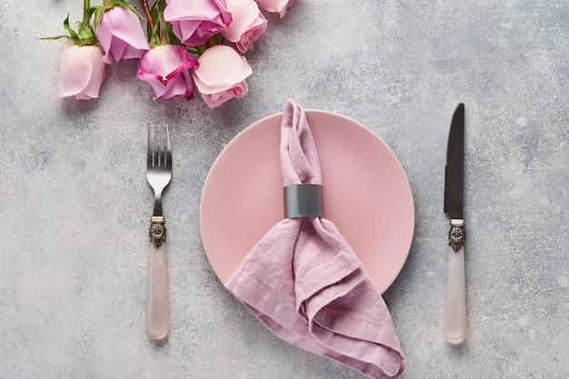 Réglage de la table de pâques avec décor floral sur table grise. dîner d'élégance. vue de dessus.