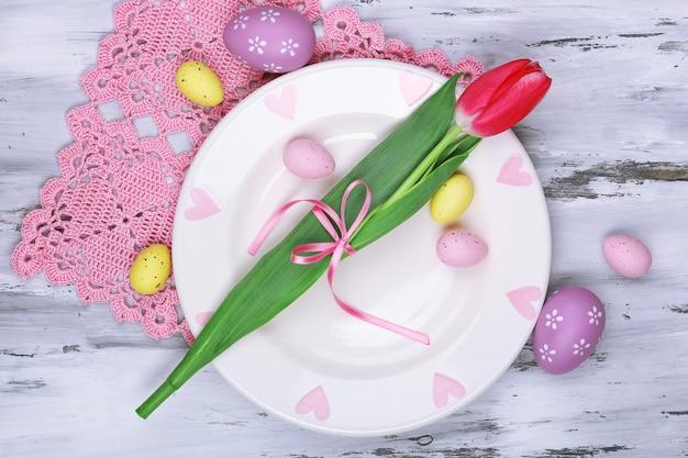 Réglage de la table de pâques avec des tulipes et des œufs