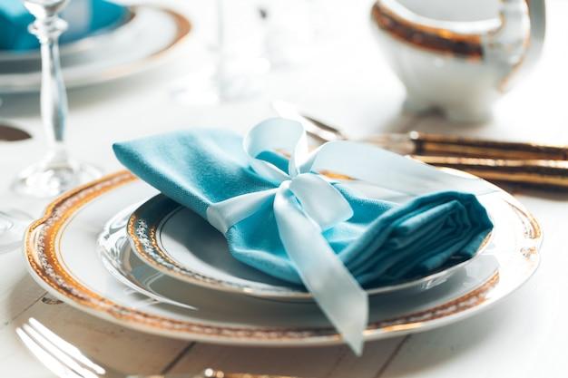 Réglage de la table pour une cuisine raffinée avec des couverts et de la verrerie