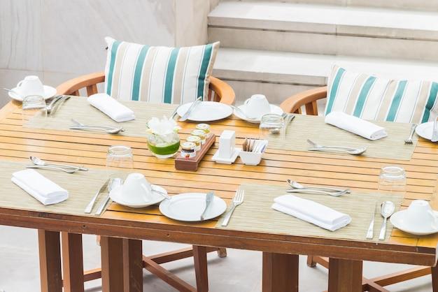 Réglage de la table pour le dîner