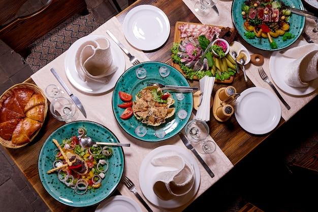 Réglage de la table pour un dîner