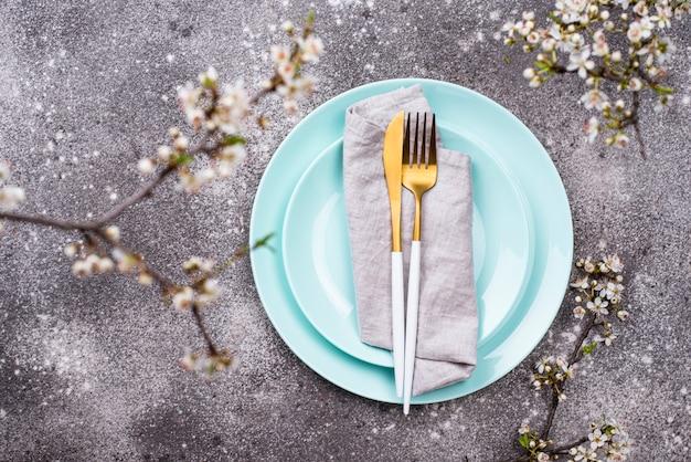 Réglage de la table de printemps avec branche fleurie